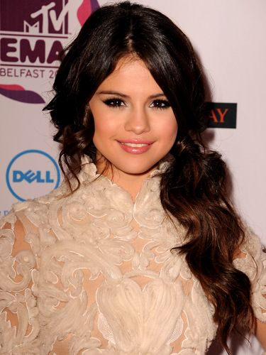 Gorgeous Selena Gomez and (current!) heartthrob of Justin Bieber, looked picture perfect at the MTV Europe Music Awards 2011 with her hair side scooped into a sultry pony. We love the little curls peeping out from the sides and note how she's wrapped a bit of hair around the band – an old but stylish trick! If you want to style like Gomez, wave hair first and then tie it into a ponytail