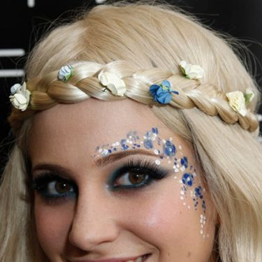 <p>Pixie Lott looked like sweet perfection at the Isle of Wight festival this year matching her white and blue face paint with the coloured buds in her hair</p>