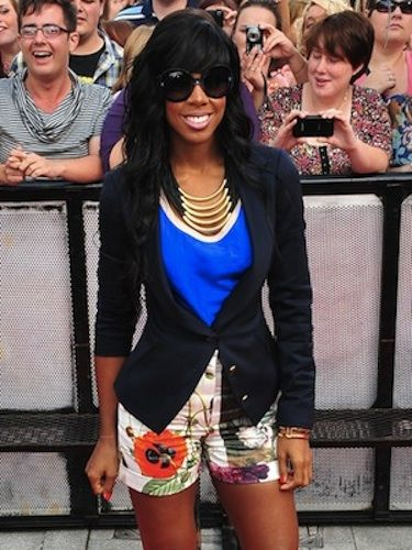 We love how Kelly teams this cobalt blue top with a big, bold floral, and that cinched-in jacket really emphasises her teeny waist! Great accessorising too, though we hope she took the sunnies off indoors…