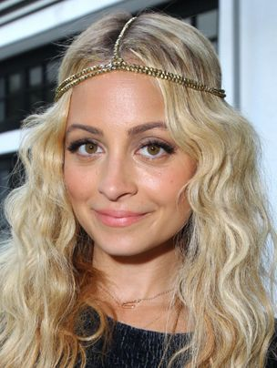 <p>Our favourite barnet beauty, Nicole Richie never fails to tame her boho mane to perfection, crowning her center-parted style with some sparkling hippie headgear</p>