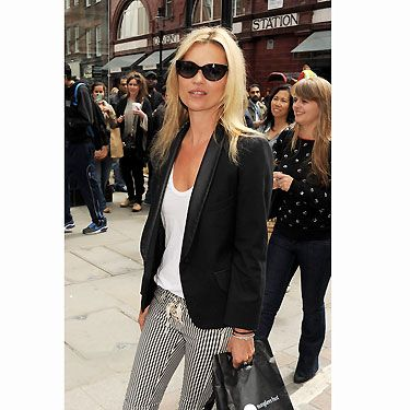 Kate Moss is the queen of down-time diva style! Kate was donning the sixties mod trend with ease when she wore striped skinnies to match her monochrome outfit. We'd do anything to get her London look!