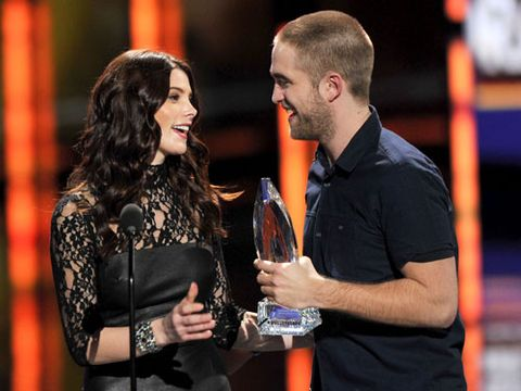 Here's RPattz collecting his award with his shaven head. We wonder what his co-star Ashley thinks of his new hairstyle