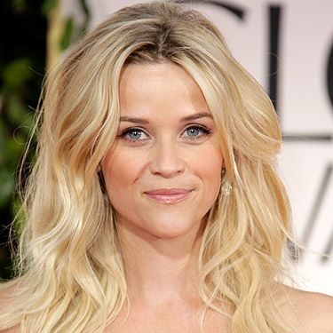 We want to give Reese Witherspoon a high five. Why? For rocking beach hair to the Golden Globes. A brave move but she totally pulled it off. Her hair looked gorgeous, as did her makeup – married life certainly agrees with her