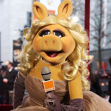 There was no doubt about it, Miss Piggy was the star of the evening. All dressed up in her custom-made Louis Vuitton ensemble, she interviewed the celebs and didn't let the British weather affect her