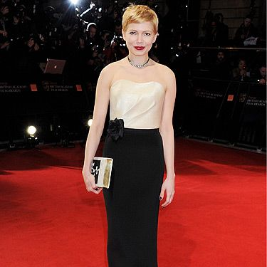 Michelle Williams wore a custombespoke dress from H&M! This makes us love her even more. She completed her look with Forever Mark jewellery and a bag which looked very much like the works of Arthur Miller