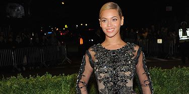 <p>Woo! Queen Beyonce is BACK and boy is she looking good. We love her sheer Givency Haute Couture frock teamed with a simple pony tail</p>