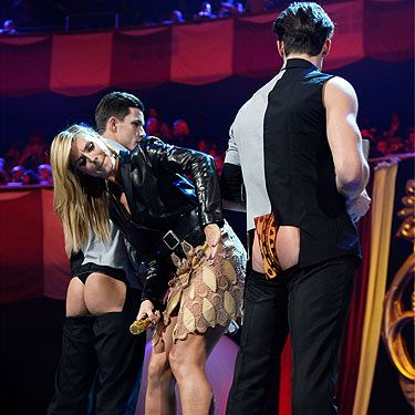 <p>It must be hard being Heidi Klum. She hosted this year's 2012 MTV EMA awards and definitely wasn't having any fun at all on stage. Especially when sandwiched between two chaps with their butts hanging out...</p>