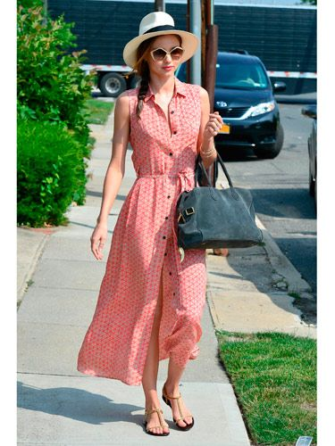 <p>If anyone can do off-duty chic it has to be Miranda Kerr. The Aussie model showed off her petite frame in a button-up maxi red print sundress while out and about in LA yesterday. She teamed the dress with t-bar sandals, a slate suede bag, cool Pentagon shades and her signature trilby. We love her loose side plait and coral lippie too. Another winning look for Miss Kerr.</p>