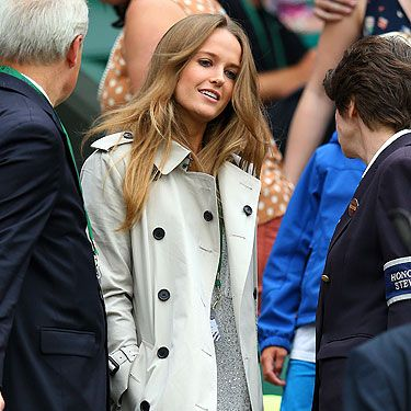 <p>At the Murray v Tommy Robredomatch, Kim Sears donnd a classic trench coat&#x3B; perfect for Wimbledo as rainfall is usually never more than a Cliff Richard song away.</p><p>We like the way she's added interest to a fairly safe look with a glimpse of metallic lurex peeping out from underneath. Ace!</p>
