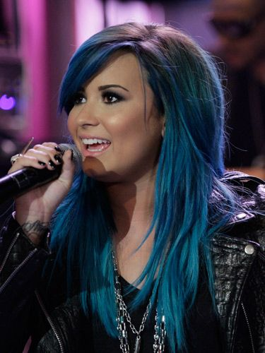 <p>It took five hours with four different blues and greens to create Demi's grungy new hue but it was worth it. Demi nails this season's glam grunge trend with her controversial colour. </p>