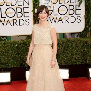 """<p>Zooey Deschanel has gone for a soft, romantic look in this floaty Oscar de la Renta dress. We love her low chignon complete with white rose. Beautiful!</p><p><a href=""""http://www.cosmopolitan.co.uk/beauty-hair/news/trends/celebrity-beauty/best-golden-globes-hair-makeup-beauty"""" target=""""_blank"""">BEST GOLDEN GLOBES BEAUTY EVER</a></p><p><a href=""""http://www.cosmopolitan.co.uk/fashion/celebrity/best-golden-globes-dresses-ever"""" target=""""_blank"""">REMEMBER THESE GOLDEN GLOBES DRESSES?</a></p><p><a href=""""http://www.cosmopolitan.co.uk/fashion/celebrity/best-dressed-celebrities-10-january"""" target=""""_blank"""">THIS WEEK'S BEST DRESSED CELEBRITIES</a></p>"""