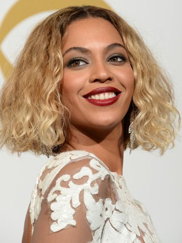 <p>Beyonce's bob made a welcome return at the Grammys. She wore her short hair down and casually curly – a look we're totally loving. We also rate her dark berry lipstick. SO 2014.</p>