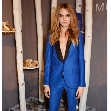 <p>Wowowow. Cara looks effortlessly cool in her colour-popping cobalt blue suit - by Mulberry, natch. Tailoring made sexy with the lack of top underneath, take note!</p>