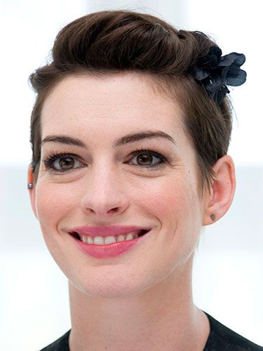 "<p>Once again Anne Hathaway proves the versatility of short hairstyles by sweeping her fringe into a pretty floral clip. The actress wore the cute style at a photocall for new movie Rio 2.</p> <p><a href=""http://www.cosmopolitan.co.uk/beauty-hair/news/styles/easy-catwalk-hairstyles-to-copy"" target=""_blank"">6 SIMPLE CATWALK HAIRSTYLES TO TRY</a></p> <p><a href=""http://www.cosmopolitan.co.uk/beauty-hair/news/styles/hair-trends-spring-summer-2014"" target=""_blank"">HUGE HAIR TRENDS FOR 2014</a></p> <p><a href=""http://www.cosmopolitan.co.uk/beauty-hair/news/trends/nail-varnish-of-the-day"" target=""_blank"">DAILY NAIL: NAIL POLISH REVIEWS</a></p>"