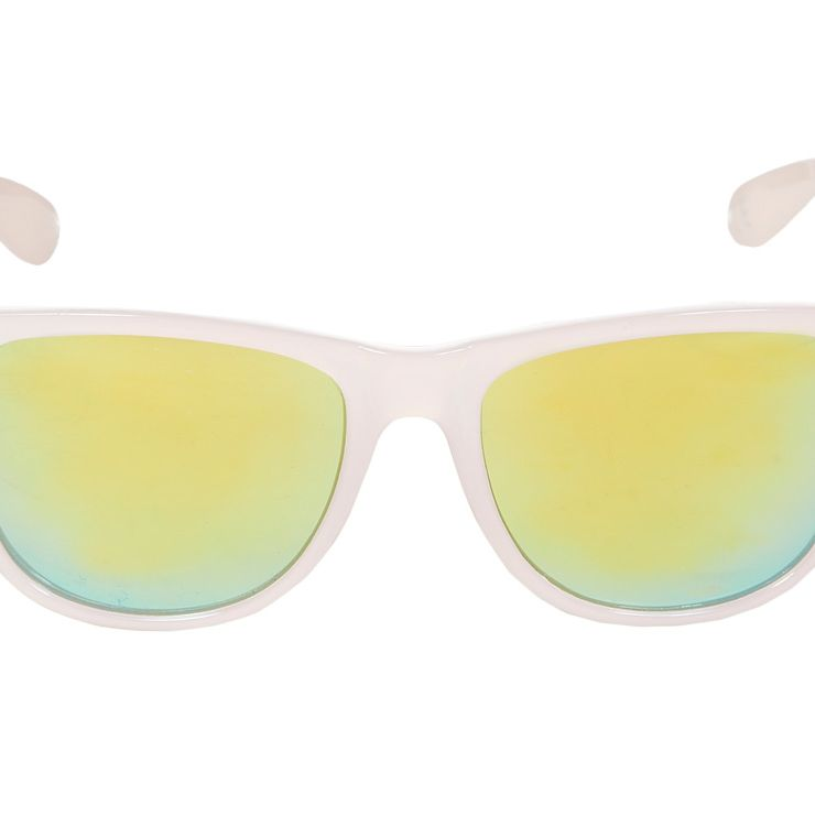"""<p><a href=""""http://www.newlook.com/shop/womens/accessories/light-pink-mirrored-lens-retro-sunglasses_301367971"""" target=""""_blank"""">Mirrored lens retro sunglasses, £4.99, New Look</a></p>"""