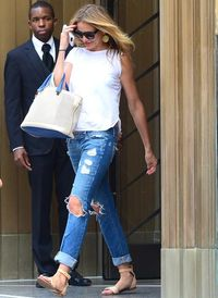 <p>Summer stylin' at its simplest: Cameron Diaz made her whole outfit sing with that cream and blue bag.</p>