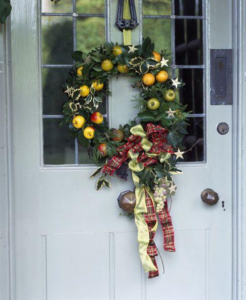 Wreath, Fixture, Christmas decoration, Home door, Door handle, Door, Flower Arranging, Floral design, Handle, Cut flowers,