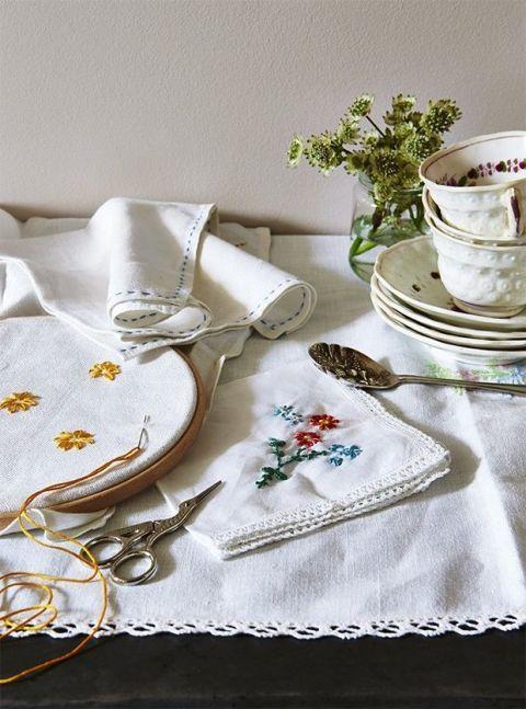 Serveware, Tablecloth, Dishware, Napkin, Textile, Linens, Porcelain, Cup, Drinkware, Home accessories,