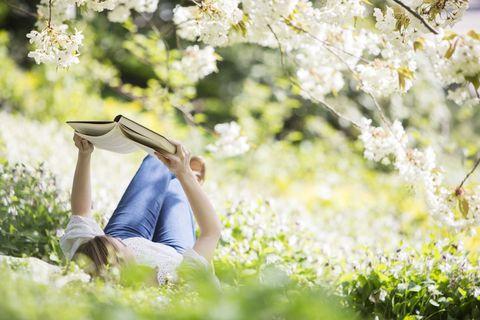 en train de lire