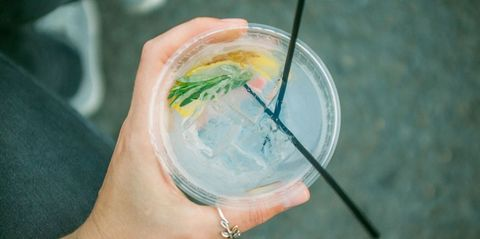 Water, Lemonade, Drink, Gin and tonic, Tom collins, Ice cube, Mojito, Hand, Fizz, Cocktail,