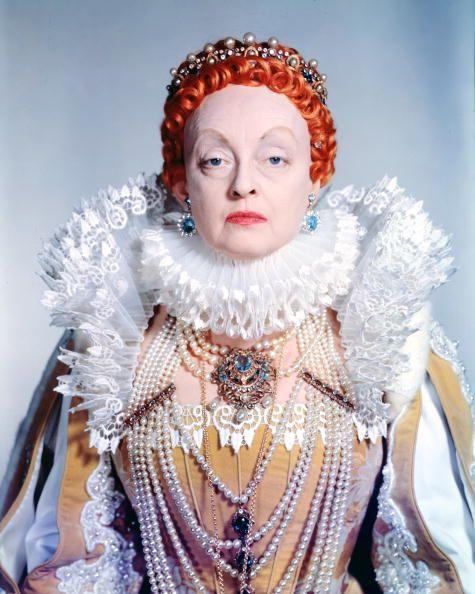 <p>在那個年代裡,女王的打扮自然會成為時尚的指標和大家效仿的對象,女孩們應該都對伊莉莎白女王Queen Elizabeth塗的極白的妝容和刻意剃高的額頭很有印像吧!聽說這種由鉛白粉和醋混和而成的底妝就是為了彰顯女王終生未嫁的處女形象;雖然日後發現裡面含的鉛其實對肌膚有害,但這種裝扮在那個年代可是人人都想模仿的時尚打扮呢!<i></i></p>