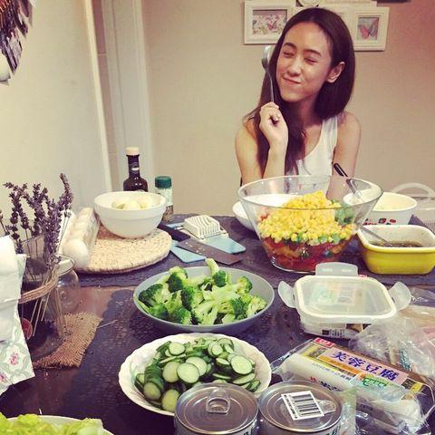 <p>她表示其實飲食對於保養很重要,所以自己對於飲食習慣很講究,平常不太喜歡吃甜食,也不太吃油炸物,另外也很少吃辣,因為這些不好的飲食習慣會對身體產生很大的負擔。</p>