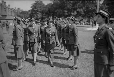 <p>1946年六月,伊麗莎白公主在英國溫莎視察英國陸軍婦女隊Auxiliary Territorial Service的培訓生。</p>