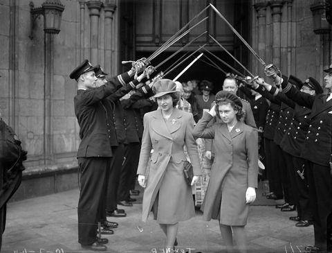 <p>1944年二月,伊麗莎白公主Princess Elizabeth與瑪格麗特公主Princess Margaret在儀隊的護送下離開西敏寺。</p>