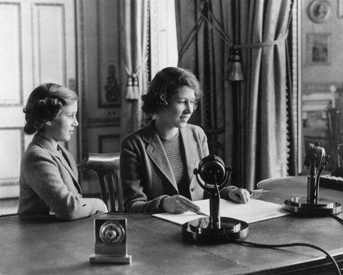<p>英國女王在40年代初次在英國的電台向人民廣播。</p>