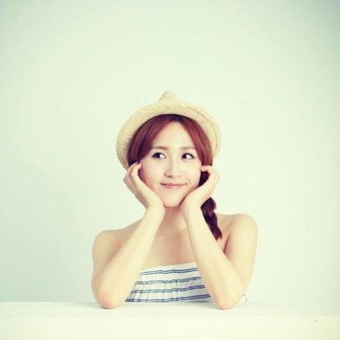 Lip, Hat, Hairstyle, Skin, Shoulder, Elbow, Sitting, Jaw, Headgear, Sun hat,