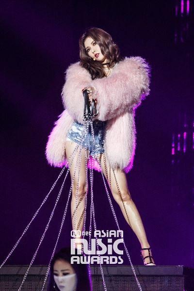 Textile, Fur clothing, Purple, Fashion model, Violet, Fashion, Natural material, Animal product, Fur, Public event,