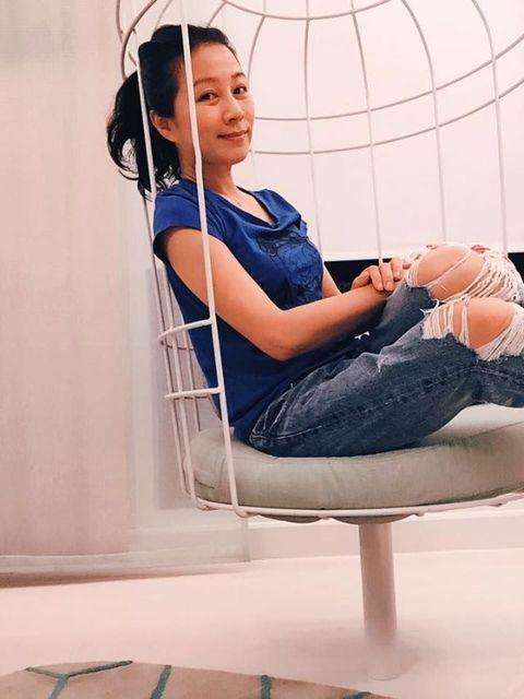 Comfort, Sitting, Elbow, Knee, Black hair, Lap, Net, Foot, Hearing, Photo shoot,