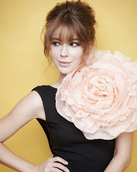 Hairstyle, Shoulder, Elbow, Petal, Bangs, Beauty, Eyelash, Rose family, Rose order, Flowering plant,