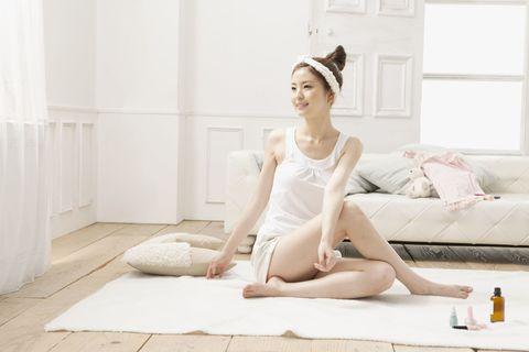Human leg, Sitting, Flooring, Knee, Headpiece, Couch, Hair accessory, Foot, Barefoot, Thigh,