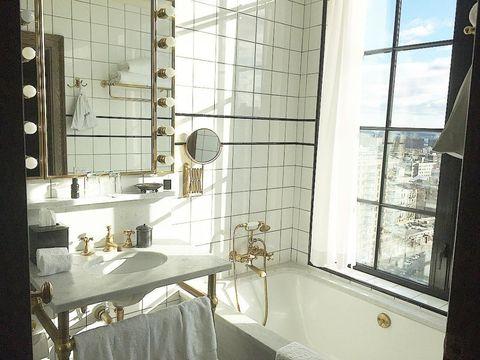 <p>位於下東區的The Ludlow Hotel,在著名的酒吧街上。The Ludlow Hotel 的屋頂陽台,可以俯瞰整個夢幻 NYC,還有被公認最好拍的廁所,像是百老匯演員的梳妝台,又帶有濃濃復刻味道 ♥</p><p>地址:180 ludlow st. ,btwn houston + Stanton, New York, NY, 10002</p>