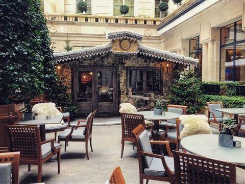 "<p>這間座落於時尚、藝術氣息濃厚的巴黎,可是時裝週時,名人都會造訪、下榻的飯店。例如<strong data-redactor-tag=""strong""> </strong>Chiara Ferragni 的 Instagram 上,就出現的頻率高到,像是她家後花園般!飯店保有老派巴黎的優雅氣息,卻又同時擁有新潮、摩登的設計感!</p><p>地址:5 Rue de la Paix, Paris, France, 75002</p>"
