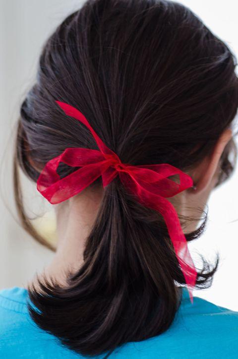 <p>俏麗緞帶馬尾</p><p>如果你的是個馬尾控女孩的話,那麼可以試著在髮帶上綁個蝴蝶緞帶,讓馬尾看起來除了俏麗,更多了一分優雅,而且兩邊緞帶的長度不同,也可以創造不同的吸睛效果喔!</p>
