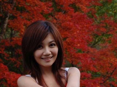 Lip, Hairstyle, Red, Leaf, Deciduous, Beauty, Bangs, Orange, Sleeveless shirt, Autumn,