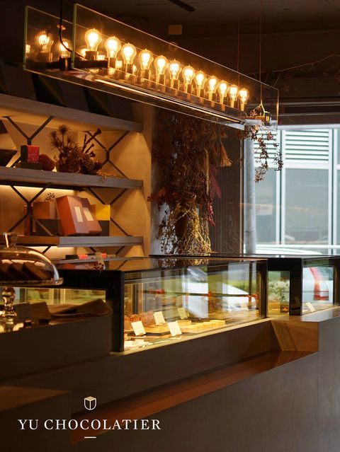 Display case, Lighting, Ceiling, Interior design, Light fixture, Room, Building, Architecture, Glass, Tourist attraction,