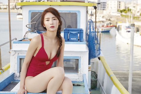 Watercraft, Sitting, Beauty, Thigh, Eyelash, Boat, Long hair, Channel, Water transportation, Model,