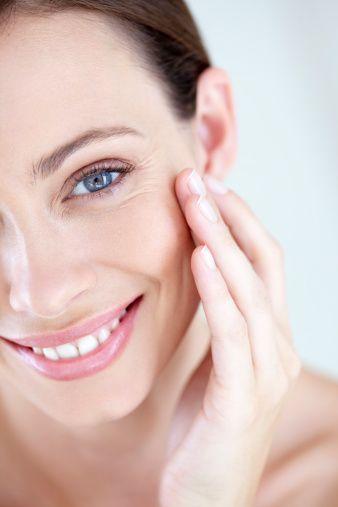 <p>生活中的一些壞習慣都有可能導致毛孔粗大像是選錯卸妝品、積累太多髒污在毛孔裡、皮脂腺發炎、愛吃油炸甜食等,所以千萬要小心卸妝的手法是不是正確,在外接觸太多髒污時也能用乾淨的紙巾輕輕擦拭肌膚,還有盡量不要讓肌膚暴露在忽冷忽熱的環境。有這個困擾的COSMO Angels別擔心!毛孔粗大不是原罪,學起來縮毛孔五個小心機,就讓毛孔縮得連顯微鏡都看不見。</p>