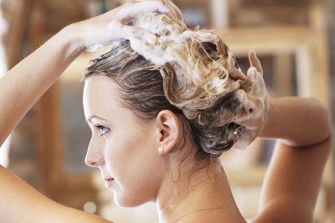 "<p>不少女孩洗頭髮後,都會使用護髮乳,但護髮乳內含的滋潤成份其實很容易造成毛孔堵塞,因此使用護髮乳後一定要確保有沖洗乾淨,尤其是長髮女孩,建議可以在洗好頭後,將頭髮盤起再洗身體。  <span class=""redactor-invisible-space"" data-verified=""redactor"" data-redactor-tag=""span"" data-redactor-class=""redactor-invisible-space""></span></p>"