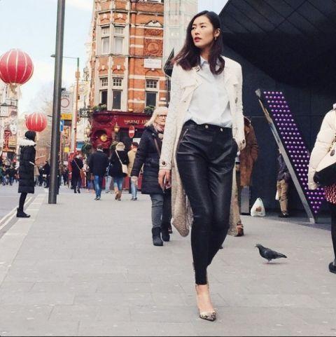 """<p style=""""user-select: text;"""">說到極簡風絕對不能錯過黑、白的搭配,劉雯以白襯衫、黑皮褲並套上米色的長版外套,登上尖頭高跟鞋,簡約的穿搭中散發出超強氣場。</p>"""