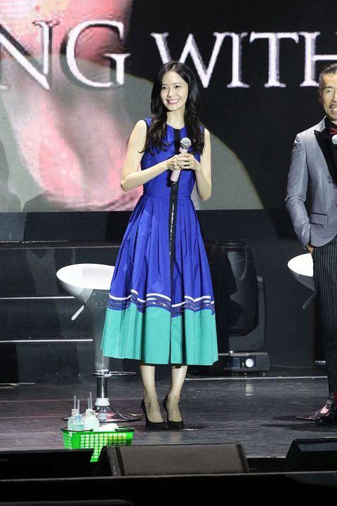 <p>以長至小腿肚的裙長,使裙襬直接落在O型腿準備收回腳踝的部位,從視覺上就有修飾腿型的效果,潤娥這件寶藍色的長洋裝,襯出她白皙的膚色,讓她散發出青春洋溢的女孩氣息。</p>