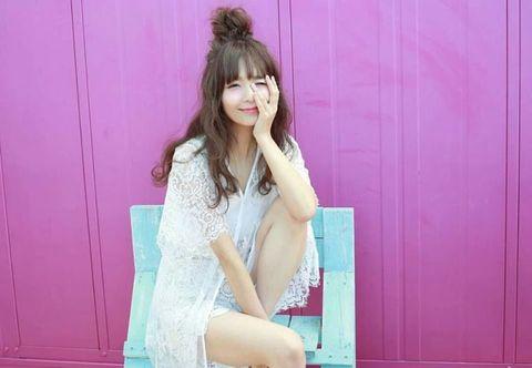 Hair, Pink, Clothing, Beauty, Hairstyle, Shoulder, Sitting, Leg, Long hair, Fashion,