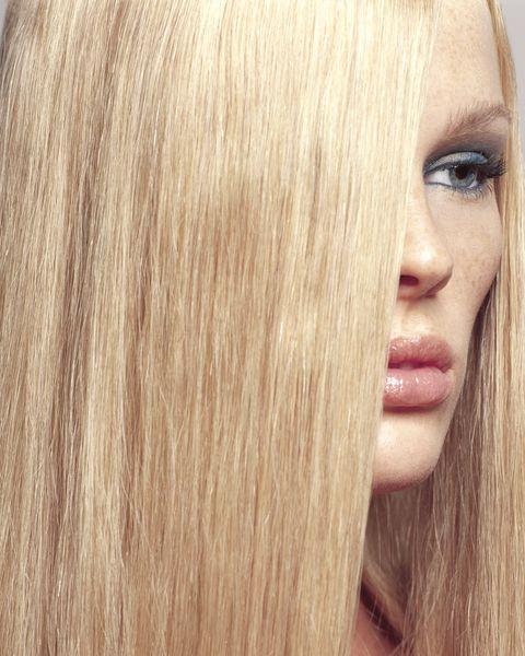 <p>1.乾洗髮是屬於S.O.S應急時刻使用的產品,因此建議不要天天使用,否則會造成頭皮肌膚內油外乾,容易長痘痘或者造成敏感.</p><p>2.頭皮過於乾燥或染燙髮過度的頭皮不建議使用乾洗髮,因為這時候的頭皮肌膚屬於薄又脆弱的狀態,使用後有可能造成過度刺激而受傷.</p><p>3.頭皮敏感有頭皮屑困擾的女孩兒也要注意,因為乾洗髮中含有吸附油脂的澱粉,有可能會造成頭皮過於乾燥以致產生更多的皮屑.</p>
