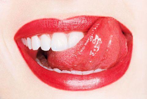 <p>最直接了當的解決方法就是選用持久不掉色的唇膏,讓唇色不會輕易地沾染到潔白的牙齒上,女孩們可以選擇霧面質地的唇膏或唇釉,如此較不會有掉色的問題。如果女孩們真的經常受唇膏沾染牙齒的問題所困擾,不妨試試唇線筆。唇線筆的筆頭好控制及好描繪,加上唇線筆的質地會使唇色較為牢固,可以減少掉色的機會。<br></p>