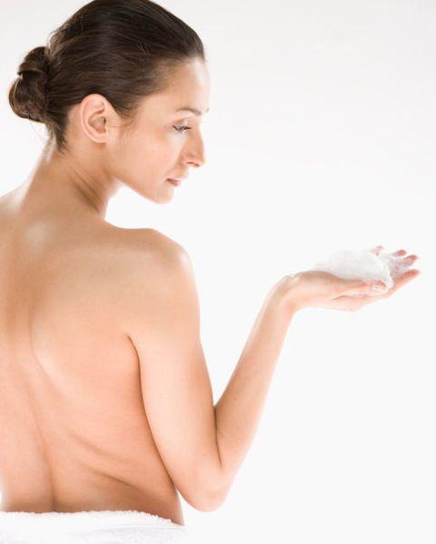 <p>臉部有洗面乳來清潔,脆弱敏感的私密肌當然也有專屬的沐浴露,因此想要有效淡化私密肌的色素,從清潔就能開始左起,像是含美白功效的私密沐浴露,成分添加了無法防腐劑的乳酸和蘆薈,都能幫助妹妹消除堆積已久的黑色素沉澱,越洗越亮白。</p>