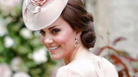 "<p>英國王妃Kate Middleton貴為全球最有時尚影響力的女性,她的高貴打扮總是成為大眾的模仿對象。在英國傳統禮儀中,帽子佔有重要角色和地位,而Kate Middleton也會在重要場合以設計獨特的帽子作搭配。別小看這頂小小的帽子,當中其實大有學問!COSMO Angel現在就來拆解有關Kate Middleton頭頂的秘密。<span class=""redactor-invisible-space"" data-verified=""redactor"" data-redactor-tag=""span"" data-redactor-class=""redactor-invisible-space""></span></p>"