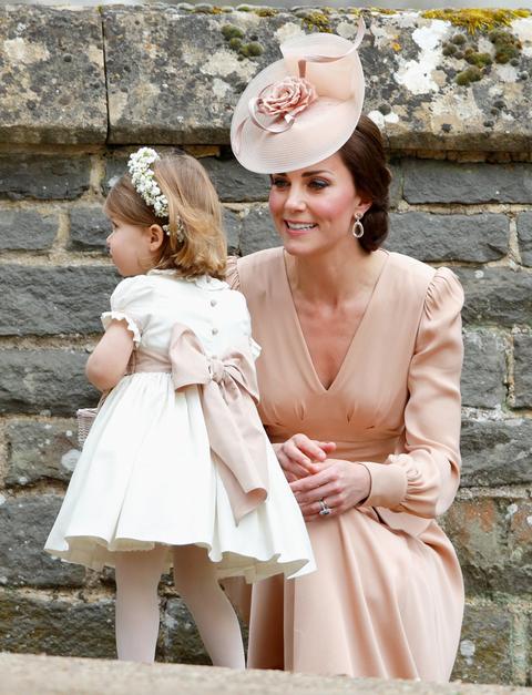 <p>前陣子,英國王妃Kate Middleton出席妹妹Pippa Middleton的婚禮,穿上Alexander McQueen玫瑰金色禮服現身,頭上搭配一頂設計流線形的「禮帽」,整體造型高貴優雅,又不會搶去妹妹的風頭。</p>